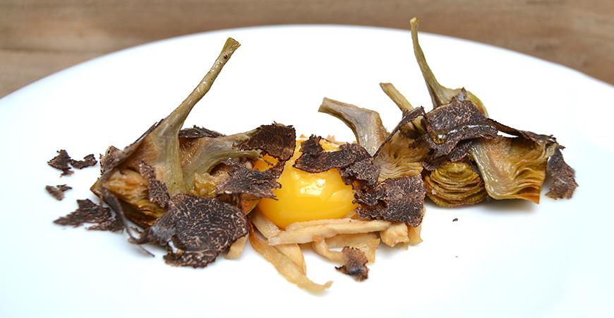 Alcachofas Fritas con Huevo de Corral, Hongos y Trufas